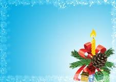 De achtergrond van Kerstmis Pijnboomtakken, speelgoed, kaars op een blauwe backg Stock Afbeeldingen