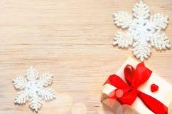 De achtergrond van Kerstmis Sneeuwvlok en gift Stock Afbeelding