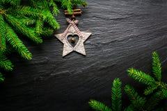 De achtergrond van Kerstmis Spar met houten ster op donkere leilijst Hoogste mening met exemplaarruimte Royalty-vrije Stock Afbeelding