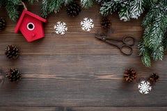 De achtergrond van Kerstmis Speelgoed, nette takken, denneappel op donkere houten hoogste mening als achtergrond copyspace Royalty-vrije Stock Fotografie