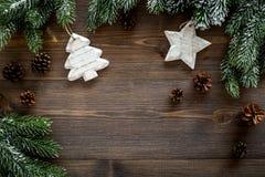 De achtergrond van Kerstmis Speelgoed, nette takken, denneappel op donkere houten hoogste mening als achtergrond copyspace Stock Foto