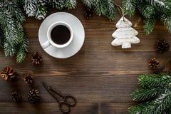 De achtergrond van Kerstmis Speelgoed, nette takken, denneappel op donkere houten hoogste mening als achtergrond copyspace Royalty-vrije Stock Afbeelding