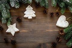 De achtergrond van Kerstmis Speelgoed, nette takken, denneappels op donkere houten hoogste mening als achtergrond copyspace Stock Fotografie