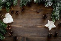 De achtergrond van Kerstmis Speelgoed, nette takken, denneappels op donkere houten hoogste mening als achtergrond copyspace Royalty-vrije Stock Foto