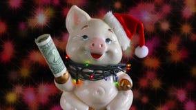 De achtergrond van Kerstmis Varken met een dollar en in GLB De het fonkelen lichten op de achtergrond stock videobeelden