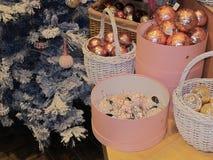 De achtergrond van Kerstmisballen met nieuwe jaarboom Stock Afbeeldingen