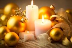 De achtergrond van Kerstmiskaarsen met schittert en snuisterijen Stock Foto