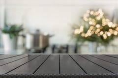 De achtergrond van de Kerstmislijst met Kerstmisboom in keuken uit nadruk Achtergrond voor vertoning uw producten royalty-vrije stock fotografie