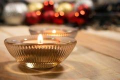 De achtergrond van Kerstmissamenstellingen met aromakaars en de bal van decoratiekerstmis op de houten lijst royalty-vrije stock foto