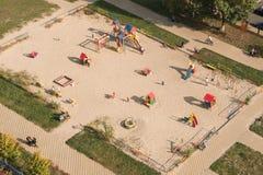 De achtergrond van de kinderenspeelplaats in grote stad Openluchtactiviteiten voor babys stock foto's