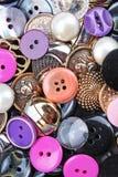 De achtergrond van knopen De gekleurde glanzende textuur van de kledingsknoop Gekleurd naaiend het conceptenbehang van het knopen Stock Foto's