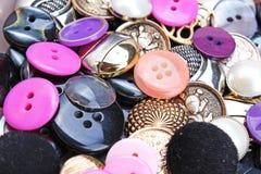 De achtergrond van knopen De gekleurde glanzende textuur van de kledingsknoop Gekleurd naaiend het conceptenbehang van het knopen Stock Afbeelding
