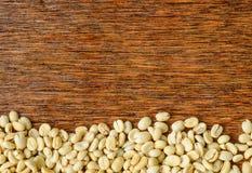 De achtergrond van koffiebonen, Donkere houten Royalty-vrije Stock Foto