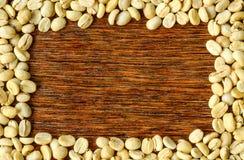 De achtergrond van koffiebonen, Donkere houten Stock Foto's