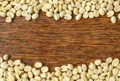 De achtergrond van koffiebonen, Donkere houten Stock Afbeeldingen