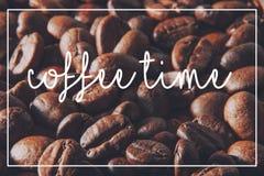 De achtergrond van koffiebonen en de tijd van de tekstkoffie Royalty-vrije Stock Foto