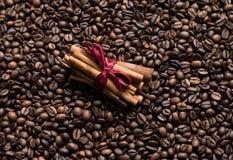 De achtergrond van koffiebonen met kaneel stock foto