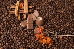 De achtergrond van koffiebonen met kaneel, en chocolade Royalty-vrije Stock Foto's