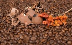 De achtergrond van koffiebonen met kaneel, en chocolade Stock Afbeeldingen
