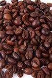 De achtergrond van koffiebonen in wit Stock Foto