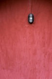 De achtergrond van lege grungemuur, rood schilderde, met oude manierlamp Stock Foto