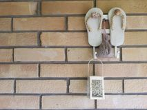 De achtergrond van de leren riemenpantoffels van de muurdecoratie royalty-vrije stock foto