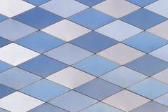 De achtergrond van de metaaltextuur Abstract architecturaal patroon Gekleurde metalenplaten Stock Foto's