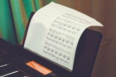 De achtergrond van de muziekscore: de pianonota's, sluiten omhoog Dichte omhooggaand van de sleutels elektronische synthesizer De royalty-vrije stock foto's
