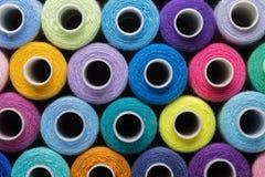 De achtergrond van naaiende draden in verschillende kleuren doorboort, blauw, groen en rood Concept hobby en met de hand gemaakt Stock Fotografie