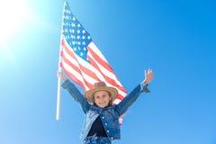De achtergrond van de onafhankelijkheid Day Patriottische vakantie Gelukkig leuk jong geitje, weinig kindmeisje met Amerikaanse v stock afbeeldingen