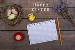 De achtergrond van Pasen De inschrijving van de houten brieven 'Gelukkige Pasen ' royalty-vrije stock foto