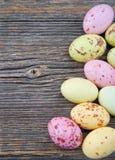 De achtergrond van Pasen, kleine pastelkleurpaaseieren Stock Foto's