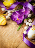 De achtergrond van Pasen met bloemen en Paaseieren Stock Foto