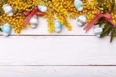 De achtergrond van Pasen met kleurrijke eieren Stock Fotografie