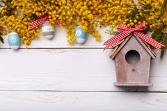 De achtergrond van Pasen met kleurrijke eieren Stock Afbeelding