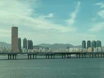De achtergrond van de de riviermening van de stadsbrug stock foto