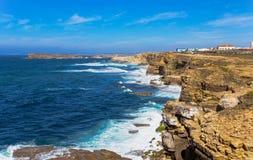 De achtergrond van de rotsmening dichtbij Kaap Carvoeiro, Peniche, Portugal Royalty-vrije Stock Afbeeldingen