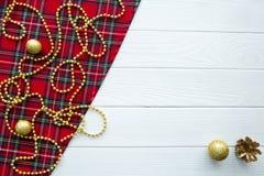 De achtergrond van Scotishkerstmis Gouden ballen, denneappels en golde royalty-vrije stock foto