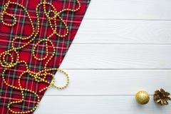 De achtergrond van Scotishkerstmis Gouden ballen, denneappels en golde royalty-vrije stock fotografie