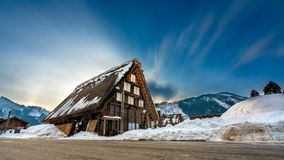 De Achtergrond van de de Sneeuwberg van het plattelandshuisjehuis royalty-vrije stock foto's