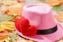 De achtergrond van de valentijnskaartendag Hart twee in bladeren Concept liefde Stock Afbeeldingen