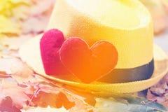 De achtergrond van de valentijnskaartendag Hart twee in bladeren Concept liefde Stock Fotografie