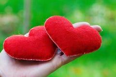 De achtergrond van de valentijnskaartendag Hart twee in bladeren Concept liefde Stock Afbeelding