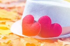 De achtergrond van de valentijnskaartendag Hart twee op hoed in bladeren Concept liefde Royalty-vrije Stock Afbeeldingen