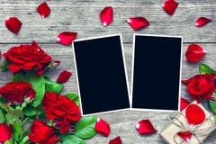 De achtergrond van de valentijnskaartendag lege fotokaders met rode roze bloemenboeket en giftdoos Royalty-vrije Stock Foto's