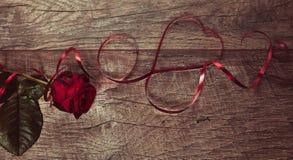 De achtergrond van de valentijnskaartendag De lijstplaats die van de valentijnskaartendag Houten lijst met exemplaarruimte plaats Royalty-vrije Stock Foto's