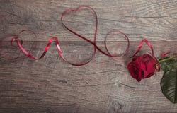 De achtergrond van de valentijnskaartendag De lijstplaats die van de valentijnskaartendag Houten lijst met exemplaarruimte plaats Stock Afbeelding