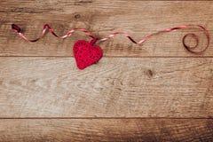 De achtergrond van de valentijnskaartendag De lijstplaats van de valentijnskaartendag het plaatsen Houten lijst met exemplaarruim Royalty-vrije Stock Afbeelding