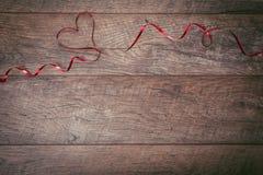 De achtergrond van de valentijnskaartendag De lijstplaats van de valentijnskaartendag het plaatsen Houten lijst met exemplaarruim Stock Afbeelding