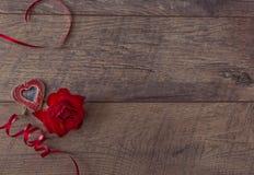 De achtergrond van de valentijnskaartendag De lijstplaats van de valentijnskaartendag het plaatsen Houten lijst met exemplaarruim Royalty-vrije Stock Foto